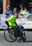 Πέρασμα 26 συμμετεχόντων τμήματος αναπηρικών καρεκλών μαραθωνίου πόλεων της Νέας Υόρκης 2 μίλια και μέσω των πέντε δήμων NYC Στοκ φωτογραφία με δικαίωμα ελεύθερης χρήσης