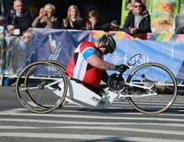 Πέρασμα 26 συμμετεχόντων τμήματος αναπηρικών καρεκλών μαραθωνίου πόλεων της Νέας Υόρκης 2 μίλια και μέσω των πέντε δήμων NYC Στοκ Φωτογραφίες