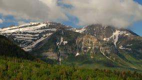 Πέρασμα σύννεφων πέρα από το σκοτεινό βουνό και την πράσινη κοιλάδα απόθεμα βίντεο