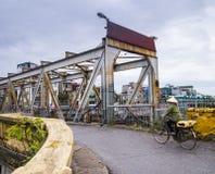 Πέρασμα της μακριάς γέφυρας Bien με το ποδήλατο, Ανόι, Βιετνάμ Στοκ Φωτογραφίες