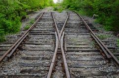 Πέρασμα του παλαιού σιδηροδρόμου δύο στο ξύλο Στοκ εικόνα με δικαίωμα ελεύθερης χρήσης