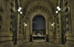 Πέρασμα του Παρισιού που εξετάζει το Λούβρο Στοκ Εικόνες