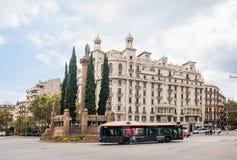 Πέρασμα των οδών της Βαρκελώνης Άγαλμα de Sant Joan Λεωφορείο δημόσιων συγκοινωνιών σε ένας από τους κύριους δρόμους στοκ φωτογραφίες