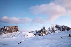 Πέρασμα Giau στη χειμερινή εποχή στο ρόδινο ηλιοβασίλεμα στοκ εικόνες