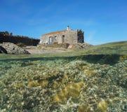 Πέρα από και κάτω από το παλαιό σπίτι νερού με τη θάλασσα anemones Στοκ Εικόνες