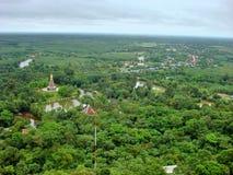 Πέρα από την άποψη Wat Phu Thok και το μικρό χωριό από το βουνό Στοκ Φωτογραφία
