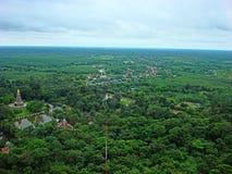 Πέρα από την άποψη Wat Phu Thok και το μικρό χωριό από το βουνό Στοκ εικόνες με δικαίωμα ελεύθερης χρήσης