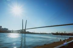 πέρα από την αναστολή ποταμών γεφυρών στοκ εικόνες με δικαίωμα ελεύθερης χρήσης