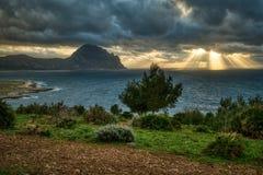 Πέρα από την περνώντας θύελλα υπάρχει μια ακτίδα ελπίδας στοκ φωτογραφία