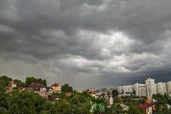 Πέρα από τη θύελλα και τη βροχή πόλεων Στοκ εικόνες με δικαίωμα ελεύθερης χρήσης