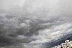 Πέρα από τη θύελλα και τη βροχή πόλεων Στοκ φωτογραφίες με δικαίωμα ελεύθερης χρήσης