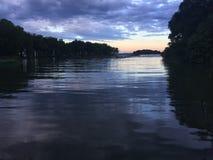 πέρα από τη σκιαγραφημένη λίμνη ανατολή αποβαθρών Στοκ Εικόνες