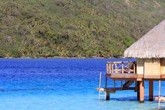 Πέρα από τη στέγαση μπανγκαλόου νερού σε Bora Bora Στοκ φωτογραφία με δικαίωμα ελεύθερης χρήσης