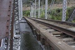 πέρα από τις διαδρομές τεντώματος σιδηροδρόμων σιδηροδρόμου οριζόντων απόστασης γεφυρών Στοκ εικόνα με δικαίωμα ελεύθερης χρήσης