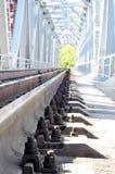 πέρα από τις διαδρομές τεντώματος σιδηροδρόμων σιδηροδρόμου οριζόντων απόστασης γεφυρών Στοκ Εικόνα