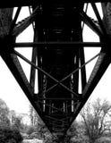 πέρα από τις διαδρομές τεντώματος σιδηροδρόμων σιδηροδρόμου οριζόντων απόστασης γεφυρών Στοκ Φωτογραφία