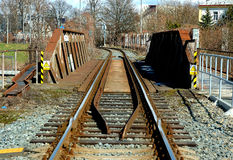 πέρα από τις διαδρομές τεντώματος σιδηροδρόμων σιδηροδρόμου οριζόντων απόστασης γεφυρών Στοκ φωτογραφία με δικαίωμα ελεύθερης χρήσης
