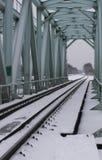 πέρα από τις διαδρομές τεντώματος σιδηροδρόμων σιδηροδρόμου οριζόντων απόστασης γεφυρών στοκ φωτογραφίες με δικαίωμα ελεύθερης χρήσης