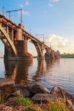 πέρα από τις διαδρομές τεντώματος σιδηροδρόμων σιδηροδρόμου οριζόντων απόστασης γεφυρών Στοκ Εικόνες
