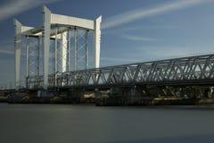 πέρα από τις διαδρομές τεντώματος σιδηροδρόμων σιδηροδρόμου οριζόντων απόστασης γεφυρών Στοκ Φωτογραφίες