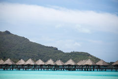 Πέρα από τις καμπίνες νερού στη λιμνοθάλασσα νησιών Bor Bora στοκ εικόνες