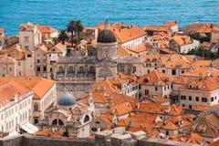 Πέρα από τις κόκκινες στέγες Dubrovnik Καθεδρικός ναός και παλαιά πόλη Στοκ εικόνες με δικαίωμα ελεύθερης χρήσης
