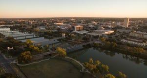 Πέρα από τις στο κέντρο της πόλης γέφυρες δίσκων οριζόντων πόλεων Waco Τέξας πέρα από τον ποταμό Brazos Στοκ φωτογραφία με δικαίωμα ελεύθερης χρήσης