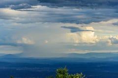 Πέρα από τους λόφους και μακριά τους κροατικούς λόφους βροχής στοκ εικόνες