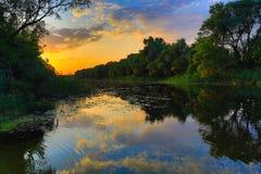 πέρα από το ηλιοβασίλεμα ποταμών Στοκ Εικόνες