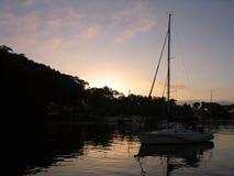 πέρα από το ηλιοβασίλεμα ποταμών Στοκ εικόνες με δικαίωμα ελεύθερης χρήσης
