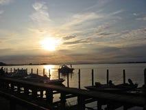 πέρα από το ηλιοβασίλεμα θάλασσας στοκ εικόνα