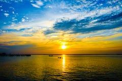 πέρα από το ηλιοβασίλεμα θάλασσας Στοκ εικόνα με δικαίωμα ελεύθερης χρήσης