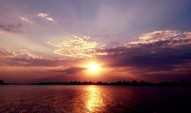 πέρα από το ηλιοβασίλεμα ποταμών Στοκ εικόνα με δικαίωμα ελεύθερης χρήσης