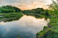 πέρα από το ηλιοβασίλεμα ποταμών Στοκ φωτογραφία με δικαίωμα ελεύθερης χρήσης