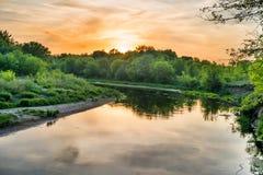 πέρα από το ηλιοβασίλεμα ποταμών Στοκ Εικόνα