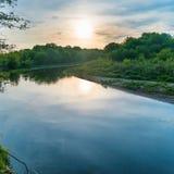 πέρα από το ηλιοβασίλεμα ποταμών Στοκ Φωτογραφίες