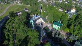 Πέρα από το μοναστήρι svyato-Uspensky pskovo-Pechersky Pechora, εναέριο βίντεο της Ρωσίας απόθεμα βίντεο