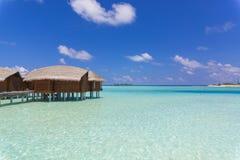 Πέρα από το μπανγκαλόου νερού στις Μαλδίβες σε μια ηλιόλουστη ημέρα Στοκ φωτογραφίες με δικαίωμα ελεύθερης χρήσης