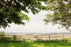 Πέρα από το φράκτη και το καλλιεργήσιμο έδαφος πέρα στοκ εικόνα με δικαίωμα ελεύθερης χρήσης