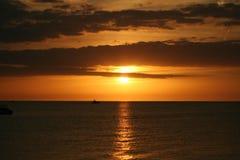 πέρα από το ύδωρ ηλιοβασιλέματος Στοκ Εικόνες