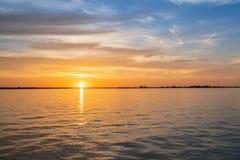 πέρα από το ύδωρ ηλιοβασιλέ Στοκ φωτογραφίες με δικαίωμα ελεύθερης χρήσης