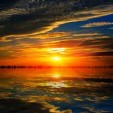 πέρα από το ύδωρ ηλιοφάνειας Στοκ Φωτογραφίες