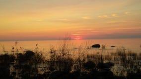 πέρα από το ύδωρ ηλιοβασιλέ Στοκ Φωτογραφία