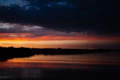 πέρα από το ύδωρ ηλιοβασιλέ Στοκ Εικόνες