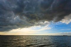 πέρα από το ύδωρ ηλιοβασιλέ Στοκ εικόνα με δικαίωμα ελεύθερης χρήσης