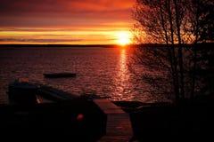 πέρα από το ύδωρ ηλιοβασιλέ στοκ φωτογραφίες