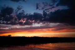 πέρα από το ύδωρ ηλιοβασιλέ Στοκ φωτογραφία με δικαίωμα ελεύθερης χρήσης