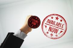 Πέστε στους πελάτες το προϊόν που σας είναι τώρα διαθέσιμο Στοκ φωτογραφία με δικαίωμα ελεύθερης χρήσης