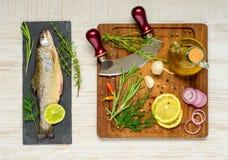 Πέστροφα ουράνιων τόξων με το μαγείρεμα των συστατικών Στοκ Εικόνα