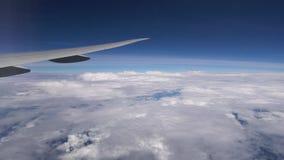 Πέταγμα αεροπλάνων υψηλό στα σύννεφα Φτερό αεροπλάνων κατά τη διάρκεια της πτήσης απόθεμα βίντεο